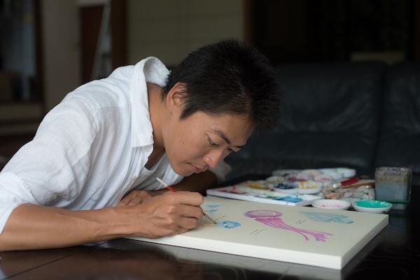 東京から石垣島へ期間限定の移住 魚を描く画家の生活