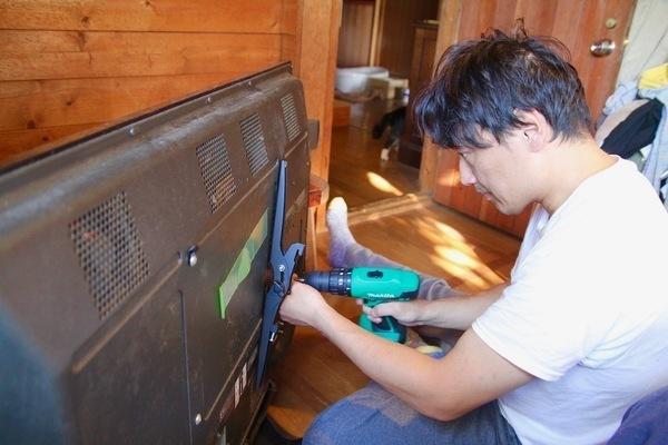 寝室快適化計画:小物を置ける棚と壁掛けテレビの設置