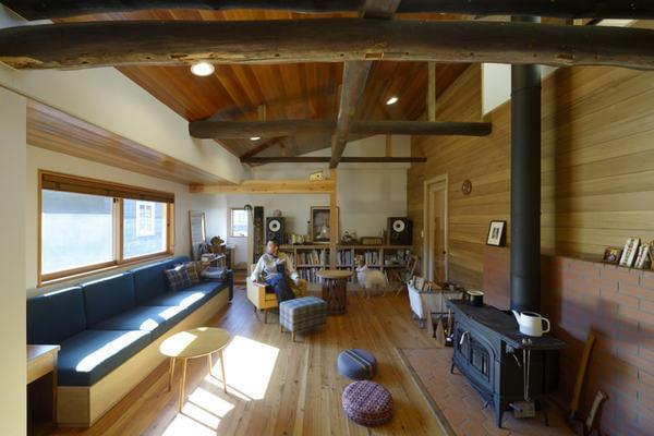 築70年の古家の丸太梁とカントリーテイストが調和する家
