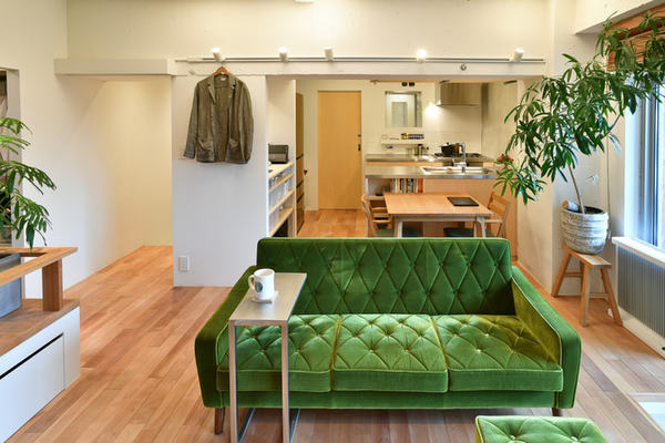 観葉植物が主役のワンルームにリノベ。小上りのベッド空間も楽しい