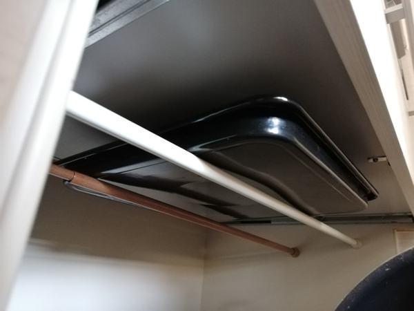 """キッチンの困りもの""""オーブン天板""""は突っ張り棒×空中収納で解決"""