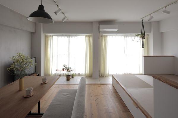 小上がりとインナーテラスがあるリビング。くつろぎを優先し家具を最小限に