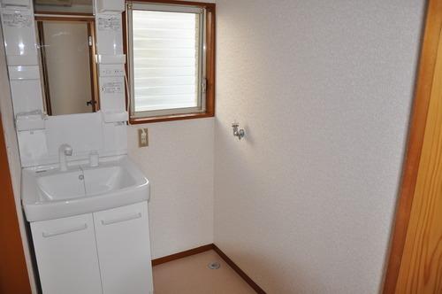 洗面化粧台 窓付きの明るい洗面所