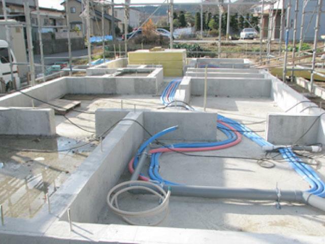 構造・工法・仕様 ベタ基礎工法を採用  基礎には様々な工法がありますが、本物件は、耐震性・不等沈下防止・防アリ効果・防湿性に優れている、面で建物を支えるベタ基礎工法を採用しております。