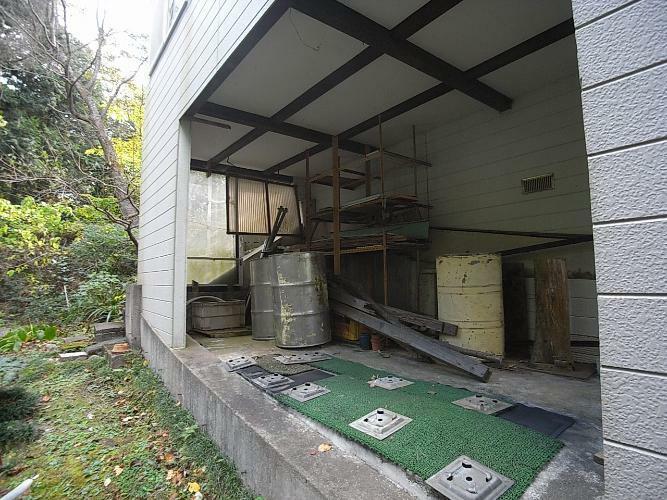 外観写真 建物裏側に基礎地下部分を利用したスペースあり