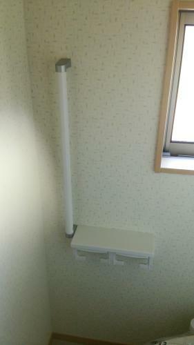 同仕様写真(内観) トイレには手摺付2連の紙巻き器が設置されます。(参考例です)
