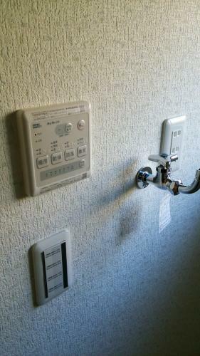 同仕様写真(内観) 洗濯機用の水栓と浴室の暖房乾燥機のコントローラです。(参考例です)