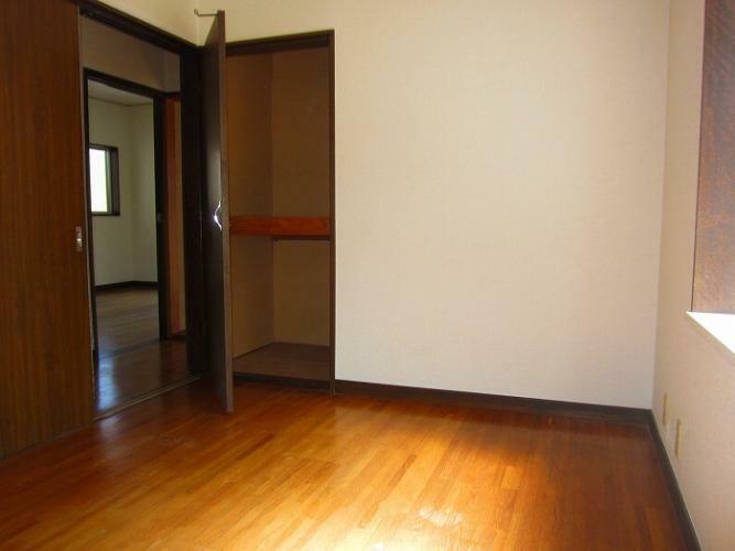 洋室 各居室に収納スペースあります(参考:101号室)