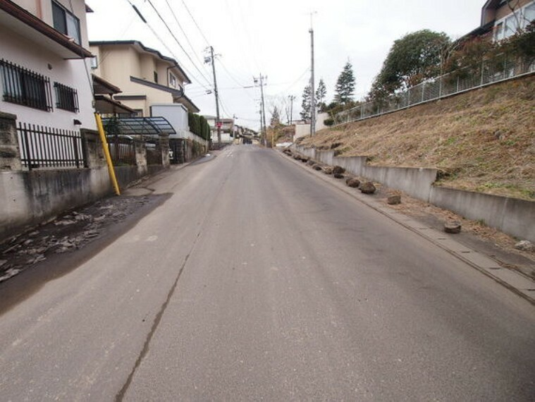 前面道路は幅員約7mございます。
