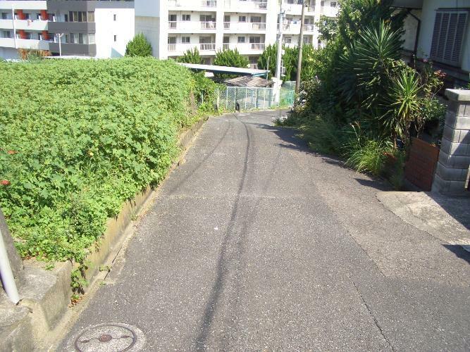 現況写真 接道道路幅は約5mです。私道です(42条3号道路です)