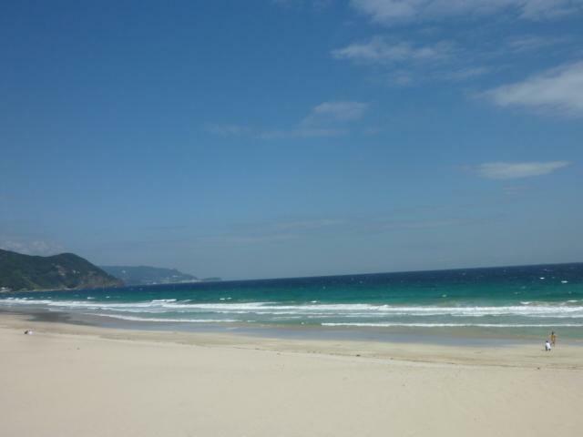 周辺。白砂の浜は家族連れの海水浴に。サーフィンや釣り好きな方にもお薦めです。