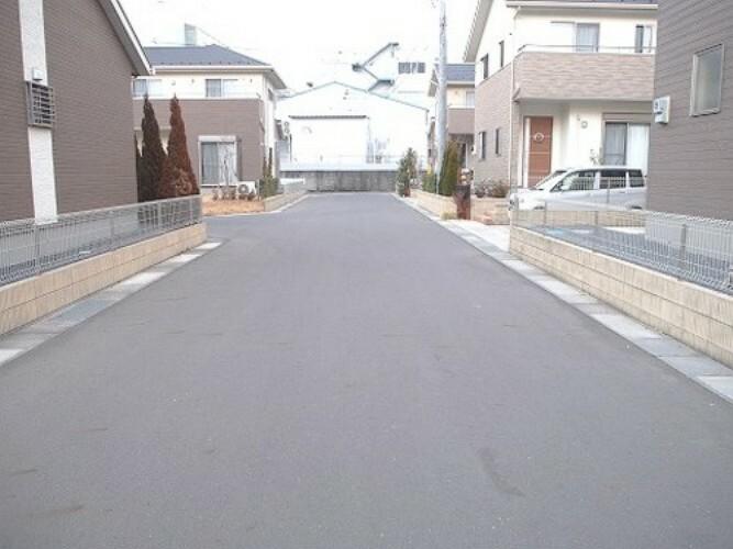 現況写真 前面道路は幅員約6mありますので車庫入れも楽にできますね。