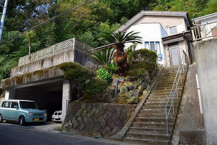 駐車場 ガレージと玄関までの階段