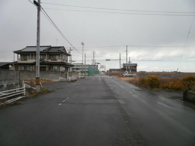 現況写真 前面道路は約11m幅ございますので、車の出し入れがスムーズに行えそう!