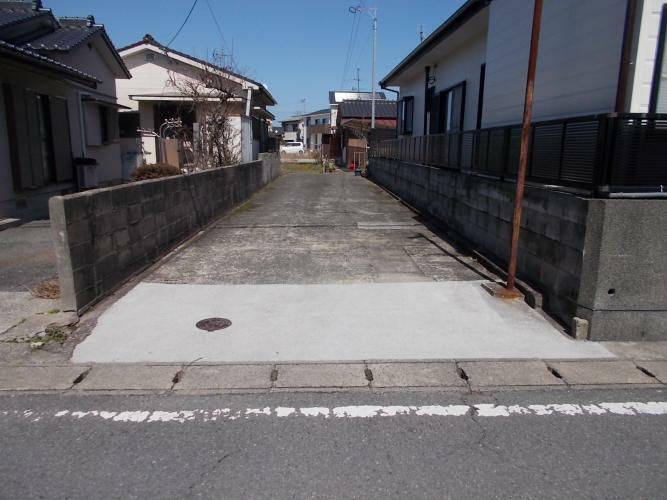 現況写真 東側隣地と合わせて4mの通路があり、市道と接しています。