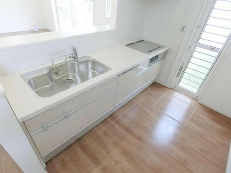 キッチン IHクッキングヒーター、食洗機、浄水機付きのシステムキッチン。換気性、採光性を高める勝手口を設置。
