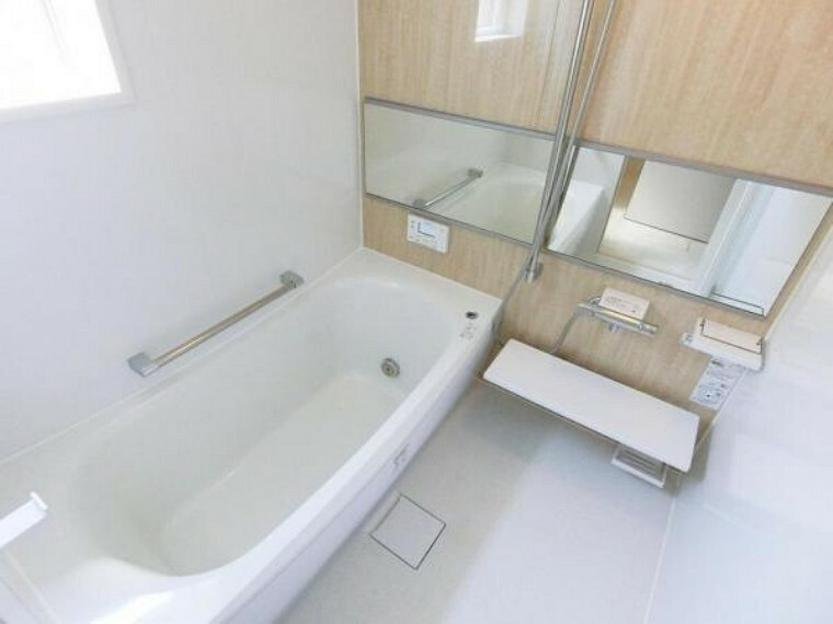浴室 1日の疲れを癒してくれる広々バスルームは、追焚き機能付きオートバス、浴室暖房乾燥機が標準設備。