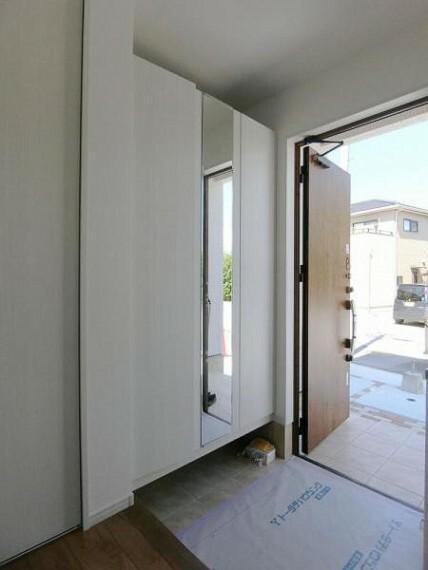 玄関 5・60足程収納できる下駄箱は鏡付きでお出かけ前の身だしなみチェックもできます。