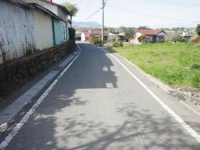 現況写真 北側道路です。平坦な道は歩行しやすく生活しやすい環境です。
