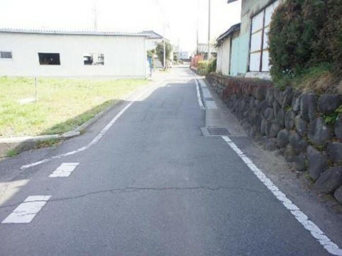 現況写真 角地であり、どちらも見通しの良い道路に面しております。