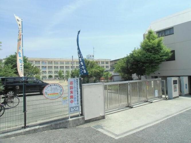 小学校 神戸市立朝霧小学校!住宅に囲まれた場所にあり、落ち着いた環境で勉強ができますね!地域の方々が登下校時、ボランティアで通学路に立ち、あいさつをしながら子どもたちの見守り活動をしており、通学時も安心ですね!