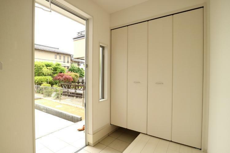 同仕様写真(内観) お家の顔である玄関は、収納もたっぷりでたくさんの靴が収納できますよ!(参考例です)