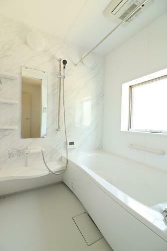同仕様写真(内観) 毎日の疲れを癒すお風呂は洗い場も広々としていて、足を伸ばしてゆったり浴槽に浸かれますね。(参考例です)