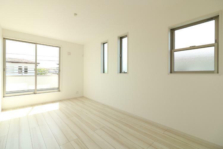 同仕様写真(内観) 洋室はこんな感じです。収納もたっぷりありますので部屋も広々と使えそうですね!(参考例です)