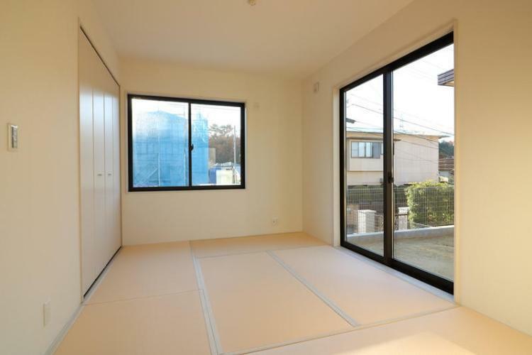 同仕様写真(内観) 和室があると、つい寝転がりたくなりますよね。新しい畳はやっぱり気持ちいいものです。(参考例です)