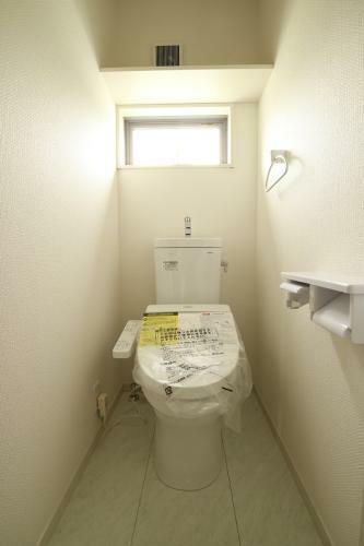 同仕様写真(内観) 1階2階にトイレがあり、両方ともウォシュレットです。これは嬉しいですよね!(参考例です)