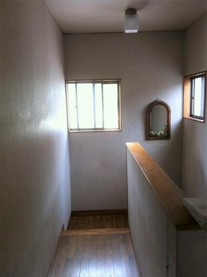 窓があるので優しい自然光が入る廊下