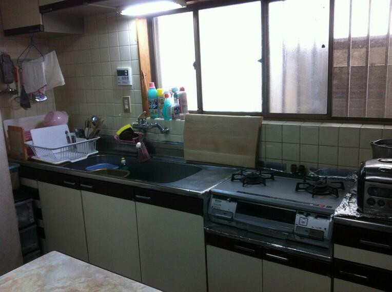 キッチン 匂いがこもりがちなキッチンも正面に大きな窓があるので安心