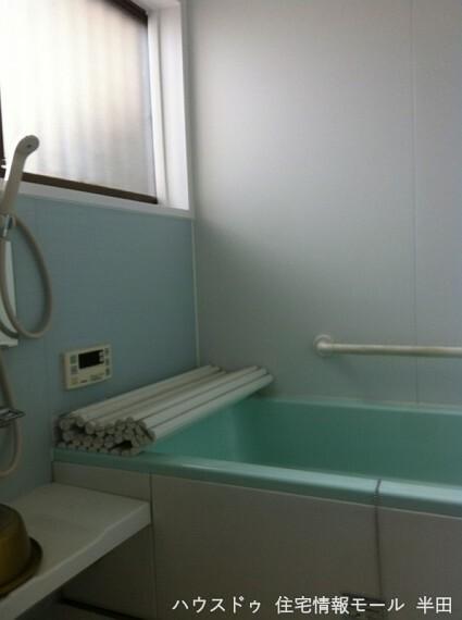 浴室 窓付きの明るい浴室