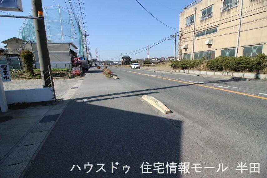 外観・現況 前面道路は歩道が整備されているためお子様の通学にも安元です。