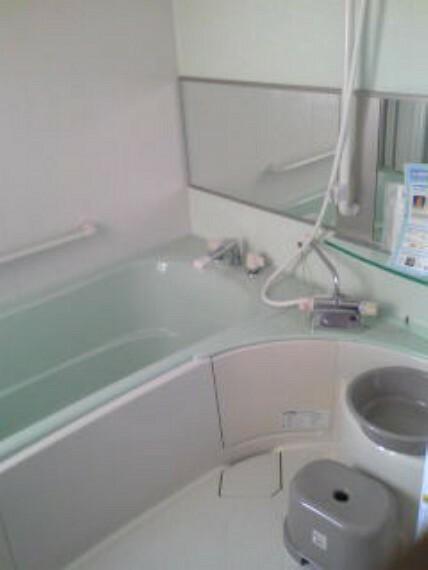 浴室 浴室は高級感のある横長の鏡が素敵ですね
