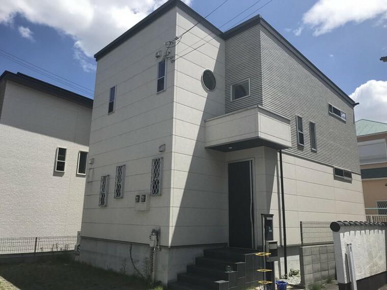 外観写真 平成27年築の築浅物件。駐車スペース2台、庭付き戸建のご紹介です。