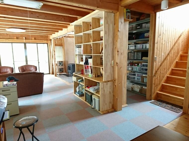 洋室 1階の洋室です。 リビングとして、事務所や倉庫としての使用も