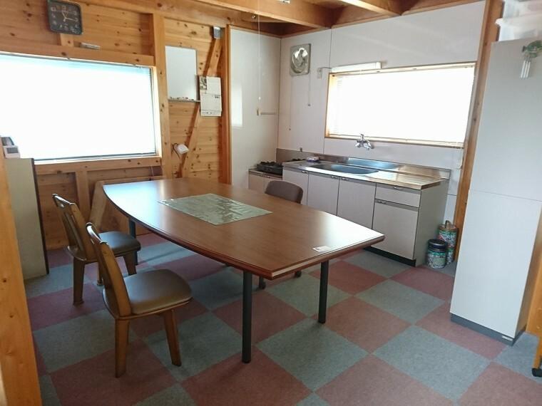 洋室 1階スペースにもキッチンあり