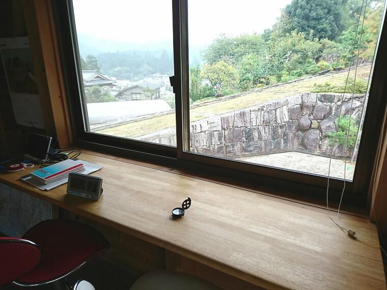 窓際のカウンターからは、明智の景色が一望できます