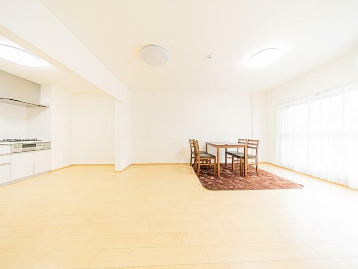 リビングダイニング 15帖のゆったりとしたLDK ダイニングテーブルやソファも置ける家族皆が集まる空間