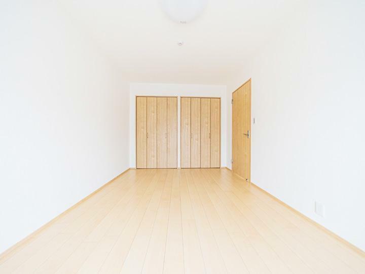 洋室 クロス、フローリング張替え済みのきれいな室内