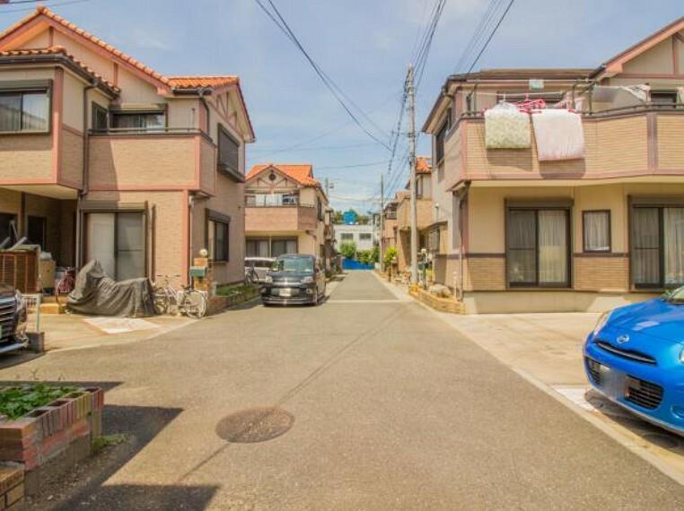 現況写真 落ち着いた住宅地の前を緑多いストリートが走っています。クルマが少ないので、お子さまは遊びに集中できます。