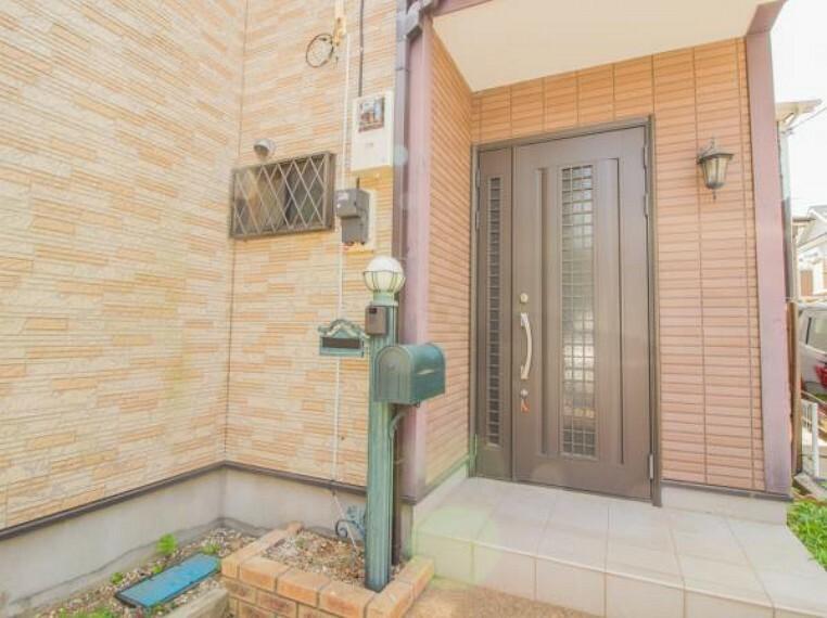 玄関 シンプルなデザインの家は風情がある。住む人のこだわりを感じる。外観も内装もいたってシンプル。家事や趣味、子育てなどにも集中できる。家も人間も熟成するほどシンプルになっていく。