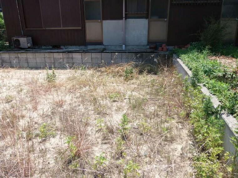 外観・現況 敷地の左側にミラーが設置されている。