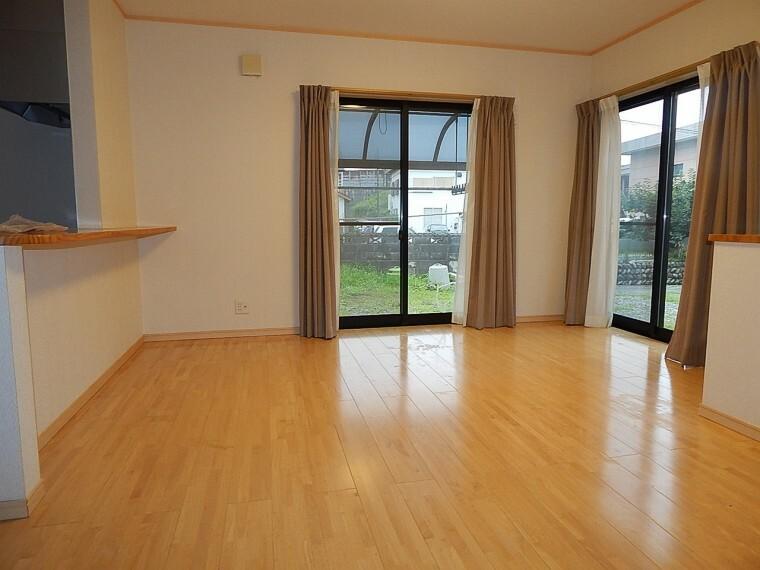 居間・リビング 敷地が広い為光が入るリビングになります。