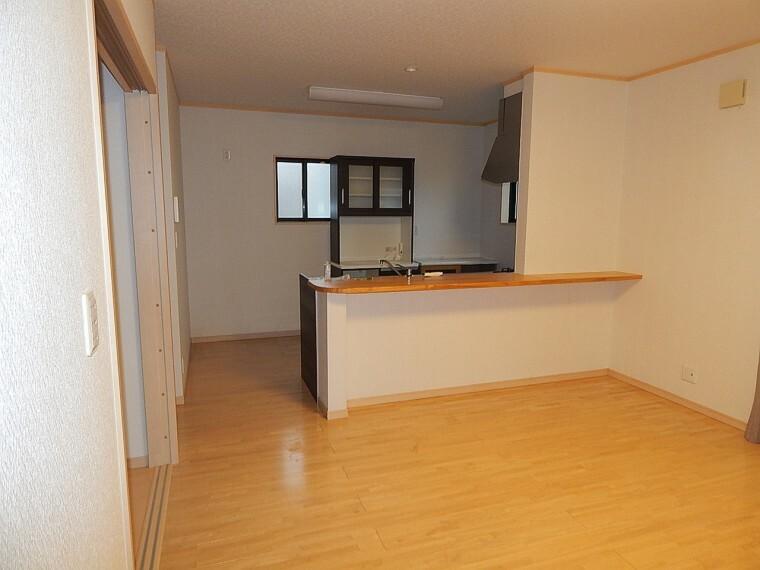 居間・リビング キッチンの棚は、売主様より使用されなければ、撤去して頂く事になっております。