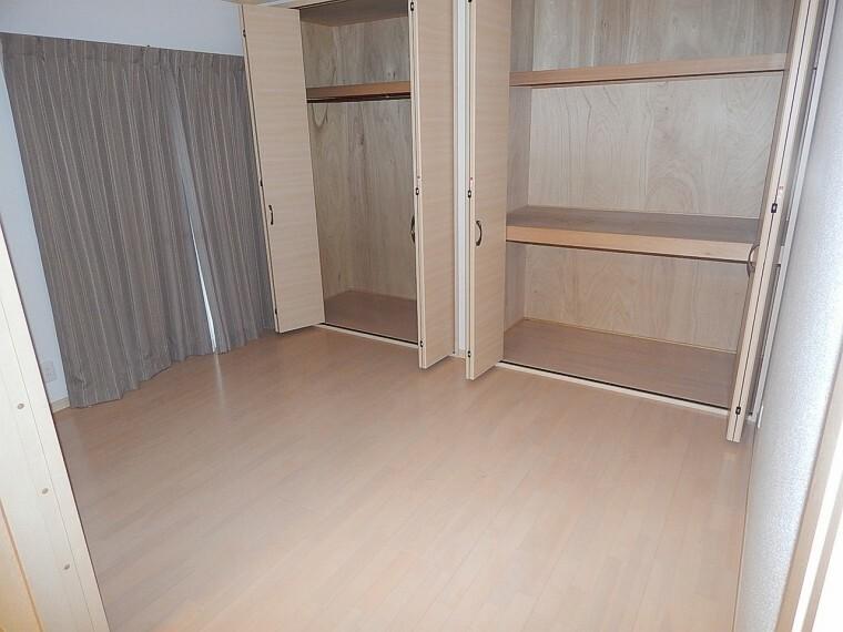 収納 部屋に収納が2つも設置してあるので便利です。