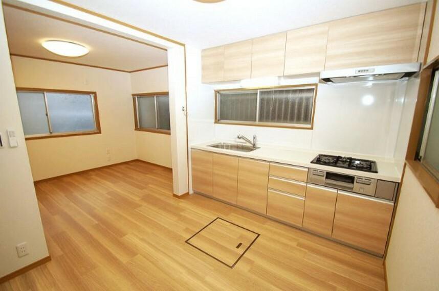 キッチン LDK12帖。動線がコンパクトな壁付のシステムキッチン。木目調の温かみがあるキッチンです。