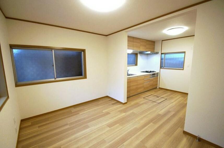 居間・リビング ダイニングスペースとリビングスペースを分離しやすい形状。クロスと床のフロアータイルは張替え済みです。