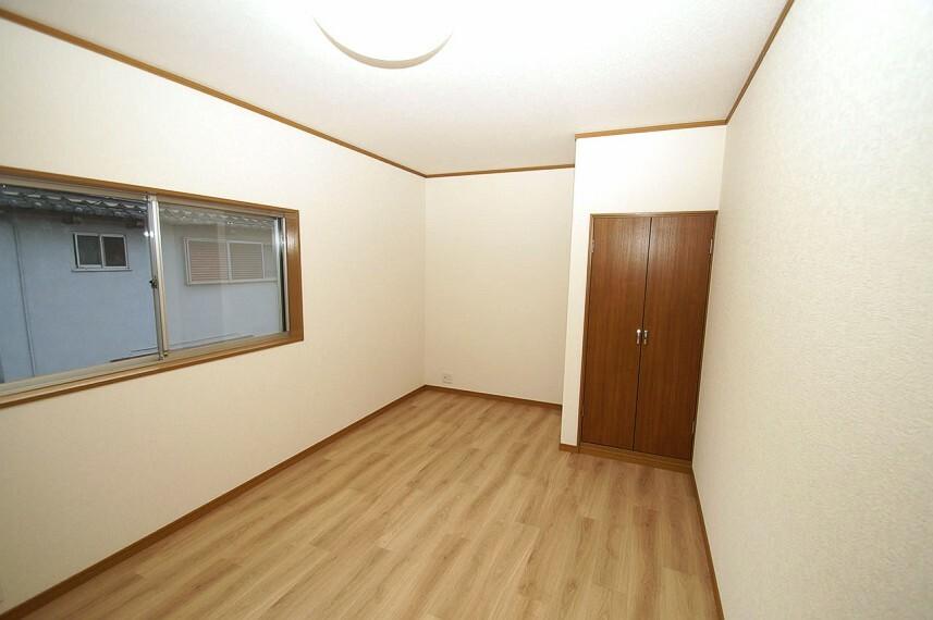 洋室 洋室7帖。南東向きで、陽が入りやすい明るいお部屋です。クロスや床のクッションフロアは張替え済みです。